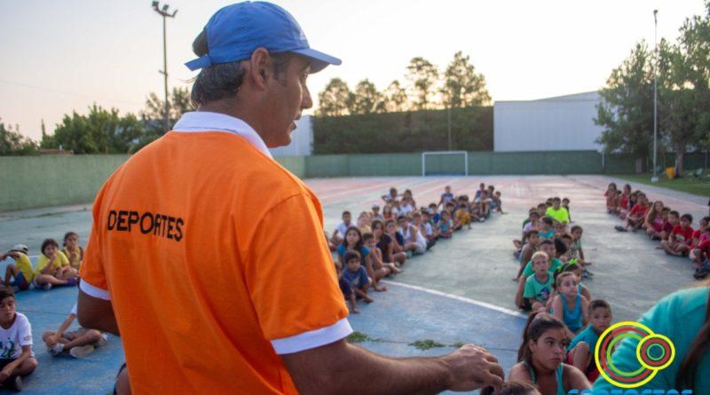 Se realiza un campamento con los niños de la colonia en el Polideportivo Municipal