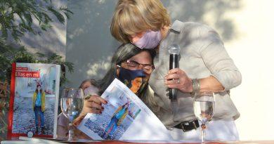 En la Biblioteca Municipal, Raquel López, presentó su libro «Ellas en mí»